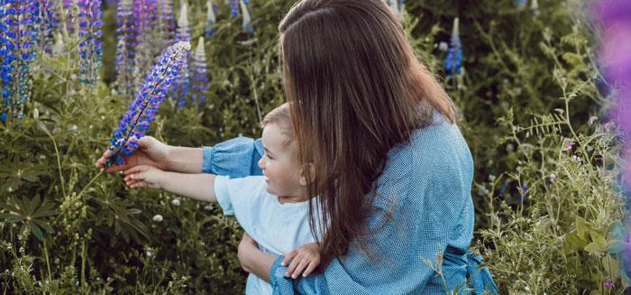 Mutter mit Kind im Garten