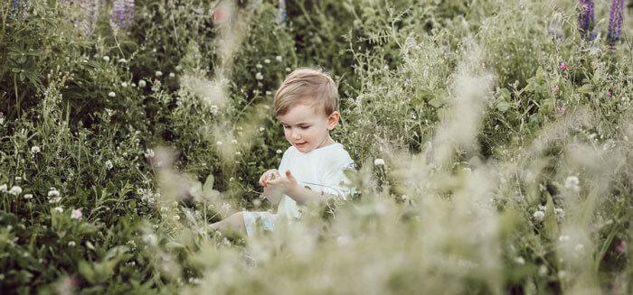 Kind mitten im Blumen-Meer