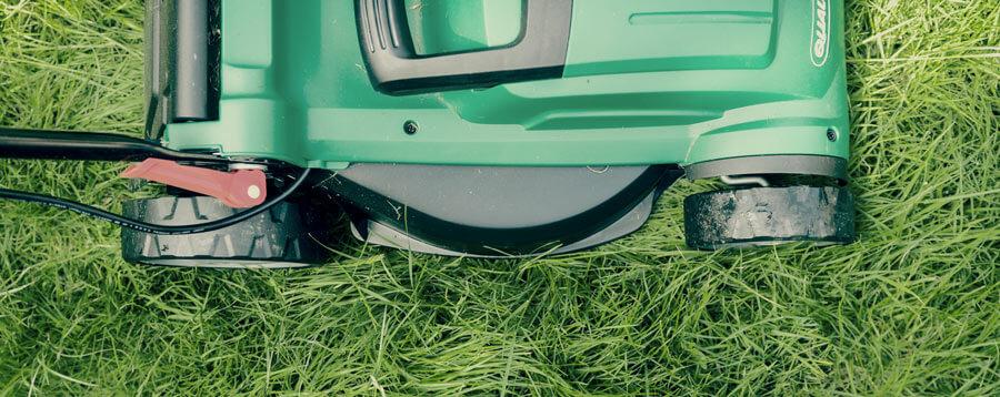 Ein Rasenmäher bei der Arbeit