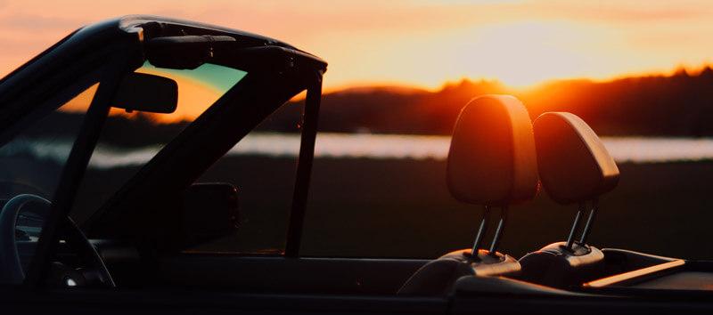 Mit dem Cabrio im Sonnenuntergang